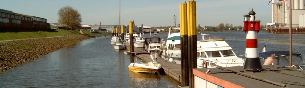 Sicht vom Hafencontainer auf den alten Teil des Steges